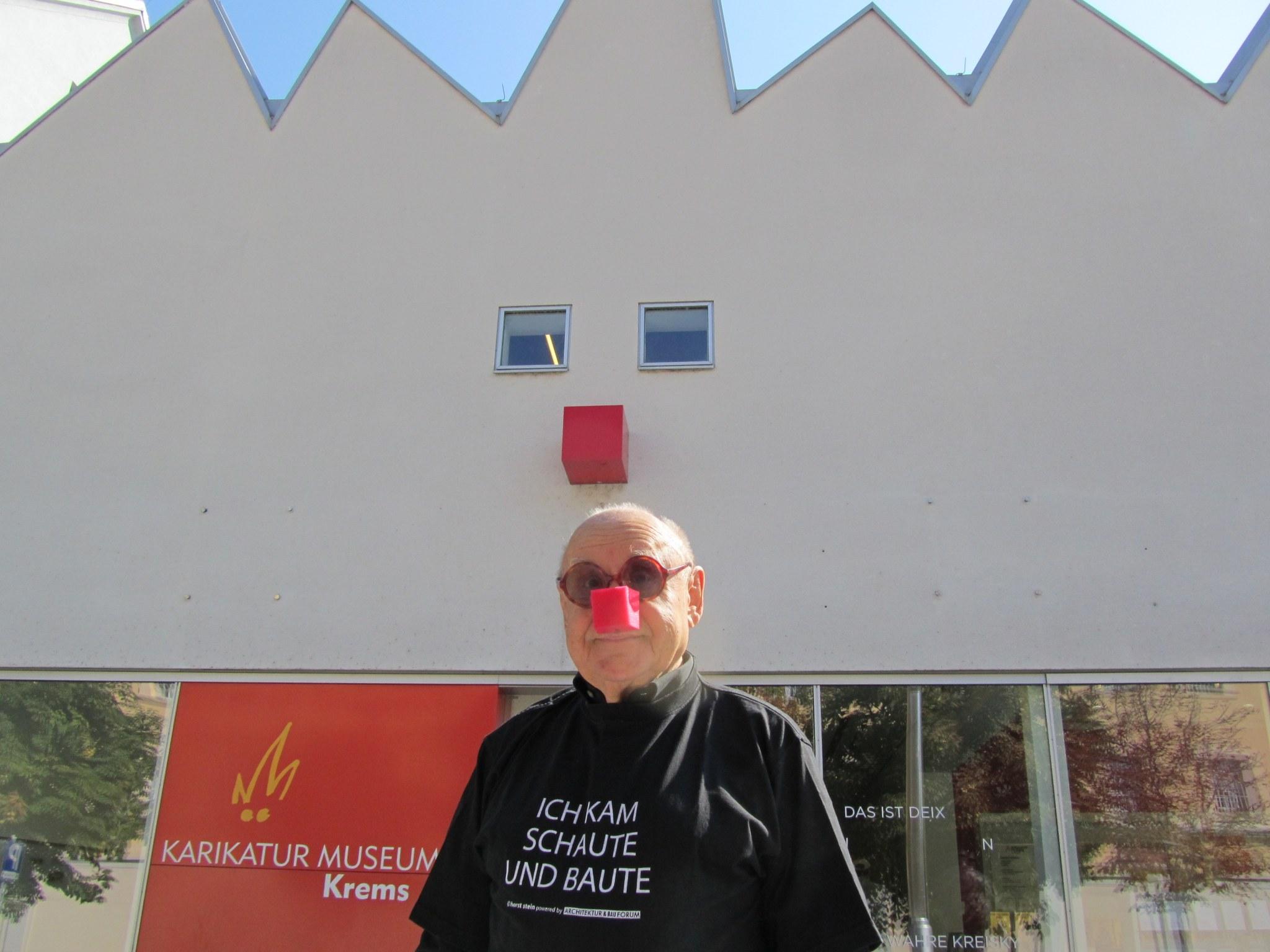 Der österreichische Karikaturist Gustav Peichl ist am 17. November 2019 im Alter von 91 Jahren gestorben. Er gehörte zu den prägenden Architekten Österreichs der Nachkriegszeit und als IRONIMUS zu den prominentesten Karikaturisten. Er hat zahlreiche aufsehenerregende Gebäude geplant, 30 Bücher geschrieben und 12.000 Karikaturen angefertigt.