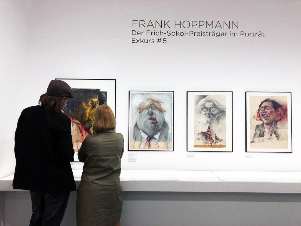 Wie die eigenen Lehrenden entscheidend für die Karriere als Karikaturist waren und warum eine Karikatur schon einmal weh tut, erfuhr Kunstvermittlerin Tanja Münchsdorfer im Gespräch mit dem Erich-Sokol-Preisträger.